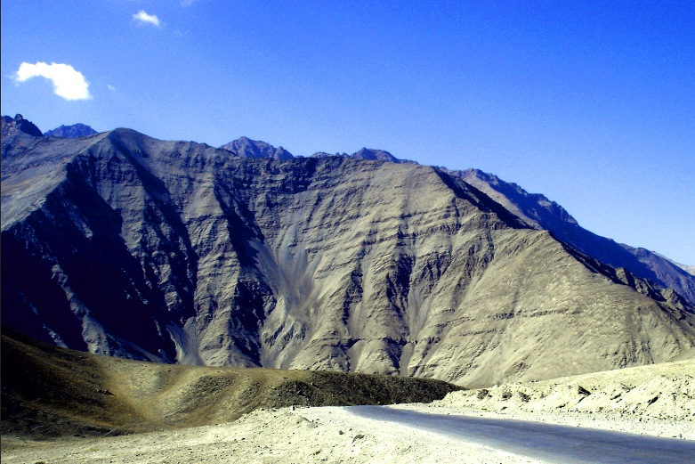 magnetic hill of leh ladakh an unsolved mystery of India